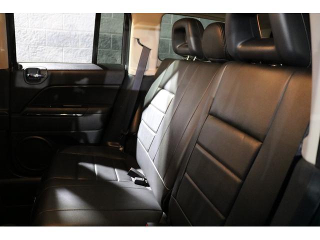 リアシートには足元や天井にゆとりのある空間を演出!更にゆったりと触り心地の良いブラックレザーシートが寛ぎを与えてくれます♪外部からの視線や太陽光から後部座席の方を守るプライバシーガラスを装備!