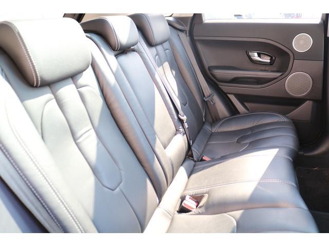 コンパクトSUVとは思えない広々としたリアシート!!センターシートに収納式ドリンクホルダーが装備されております!!ご家族、ご友人とのドライブも快適にお過ごしお過ごし頂けます!!
