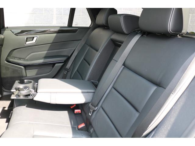 足元や天井にゆとりある空間を確保したリアシート!2個のカップ・ホルダーを内蔵したリヤ・センター・アームレストも装備されているので、後部座席の方もゆったりとドライブをお楽しみいただけます!