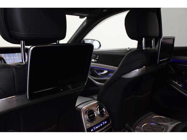 後席モニターは各自独立している為、それぞれ異なるTVチャンネルや機能を選択できます。
