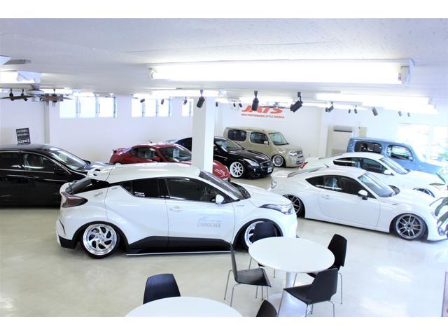 開放感のあるショールームです!屋内展示の在庫車もございますので、雨の日でも濡れずにお車を見れます!