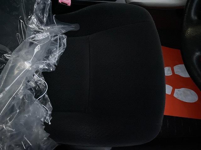 常に使用されている運転席シートを含め、気になるような汚れやヘタリはありません。足元の汚れに関しても合格レベルです!ぜひ見に来ていただきたいです!