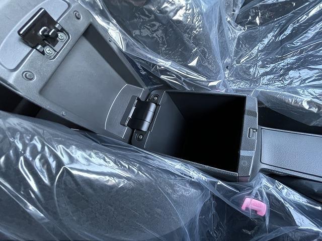 席の間に物入れとドリンクホルダーがあります。