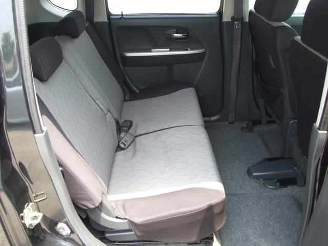 後部座席も足元広く、ゆったり座れて快適です!※画像は前席を前にスライドさせた状態です