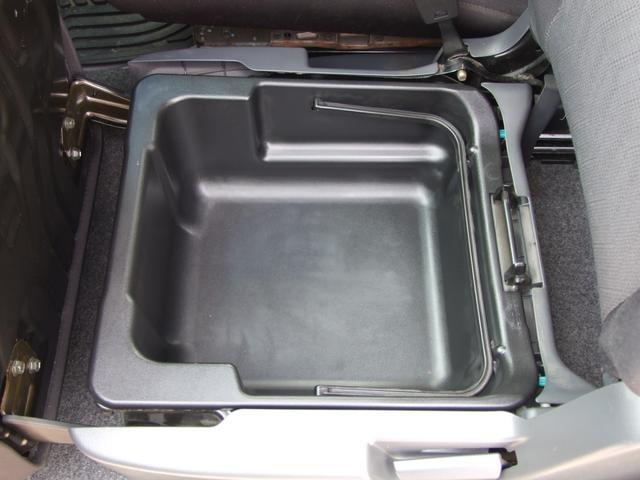 助手席下にも収納ございます!車検証や洗車道具などの収納に!!