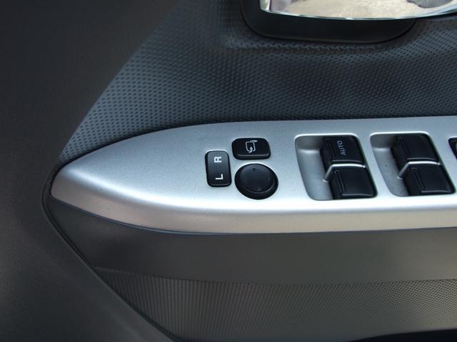 こちらのスイッチでサイドミラーの格納と調整が可能です!しっかり調整してから運転しましょう!!