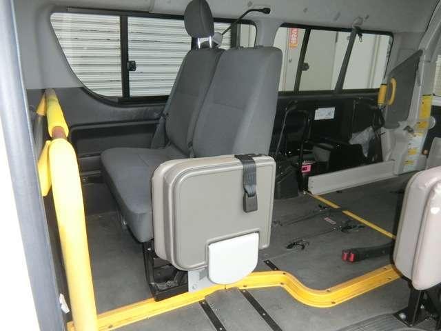 ウェルキャブ Bタイプ ロング ディーゼルターボ 車椅子2基(11枚目)