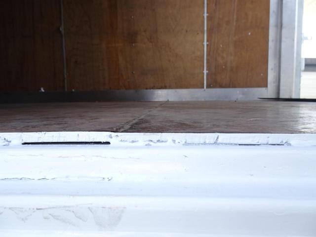 荷台発電機搭載 パネルバン 新明和すいちょくゲート 最大昇降荷重600Kg 左サイドドア 荷台エアコン・換気扇 実走行 荷台床鉄板張り 記録簿有り 5MT・3ペダル NOx・PM適合(28枚目)