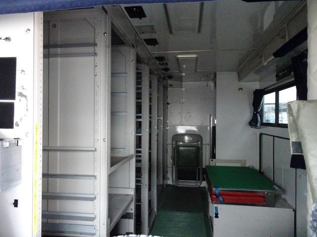 ウォークスルー車 運転席から外に出ず、荷室に移動が可能です☆