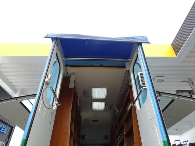 元図書館車 ウォークスルーバン ベース車 移動販売車 キッチンカー キャンピング 事務室車 左折戸ドア 天窓 FFヒーター 車載拡声器 リア車椅子リフト 常時バックカメラ 5MT NOx・PM適合(24枚目)