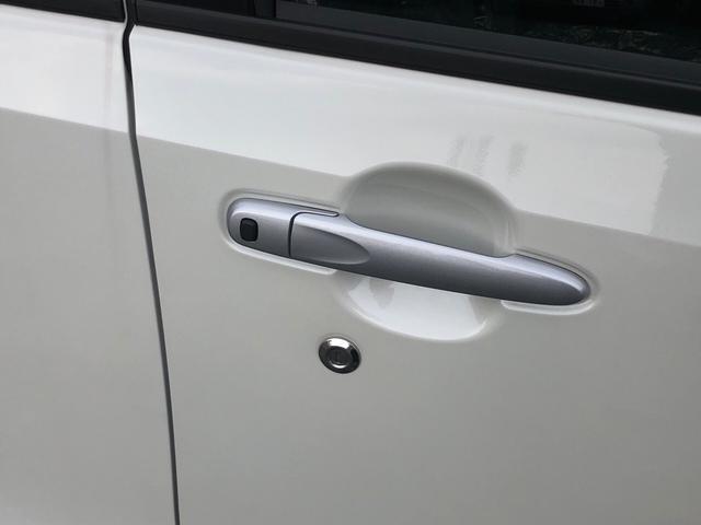 スマートキーがあればキーをかばんの中、ポケットに入れたままでもドアの開錠施錠ができますし、エンジンスタートもプッシュ式スタートでボタン一つでらくにエンジン始動もできます。とっても便利なアイテムです。