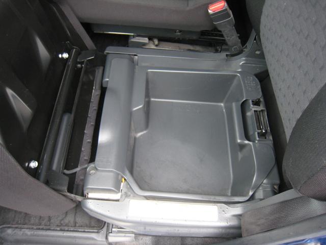 助手席の座面を跳ね上げると下に広くて深い防水のカーゴボックスがございます!