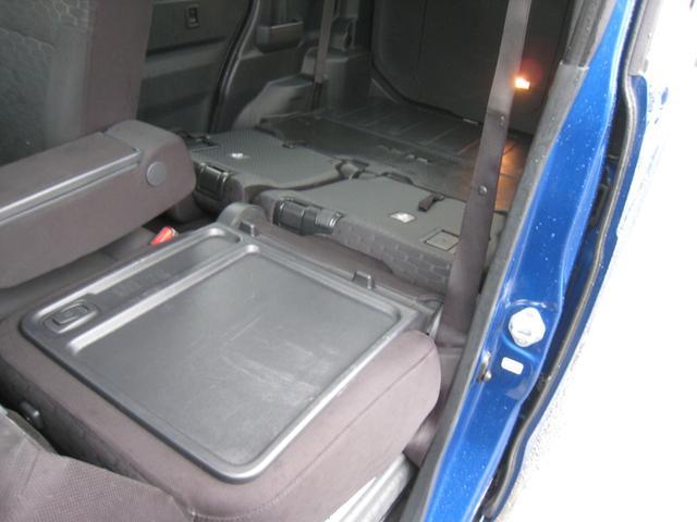 助手席シートバックテーブル!助手席も前にたためて左側には長い荷物も積めます!リヤシートは格納しフラットで更に広いカーゴスペースに!