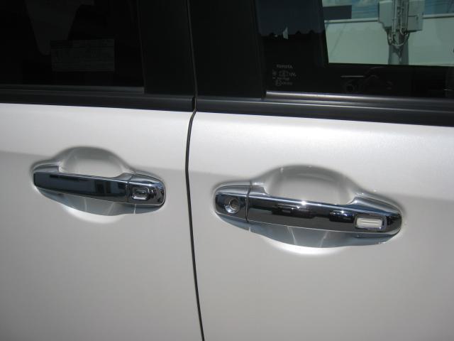 純正追加オプションのメッキドアノブガーニッシュ!スマートキーを持っていれば(差し込まなくても)、ワンタッチでドアのロック&アンロックができます!パワー(電動)スライドドアもワンタッチで開閉できます!