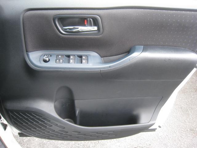 ドア内張もブラック基調!上級グレードの「ハイブリッド V」ですのでメッキのインナードアノブ!ドアロック連動オートリトラクタブルドアミラーのドアスイッチ!全席オートパワーウインドウ!禁煙車!きれいです!