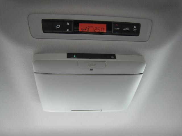 後席用の純正フリップダウンモニターを閉じた状態!後席用エアコンコントローラー!