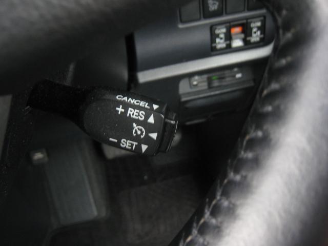上級グレードの「ハイブリッド V」ですので、クルーズコントロール付!高速道路等での走行が楽です!上級グレードの「ハイブリッド   V」ですので、革巻ステアリング!