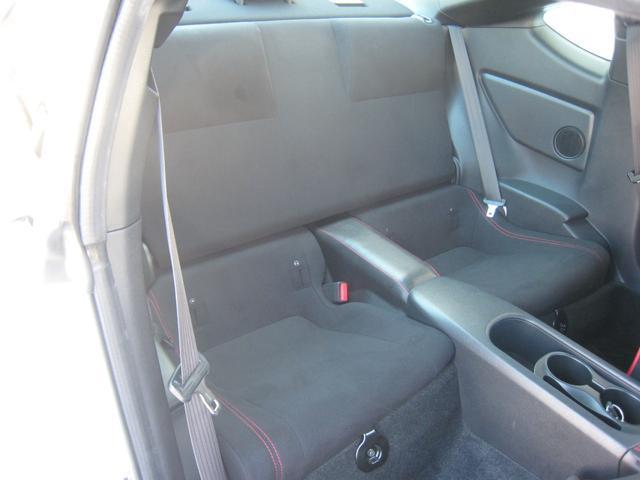「GT」ですので、レッドステッチ入りりのブラックのリヤシート!走行少ない!禁煙車!きれいです!