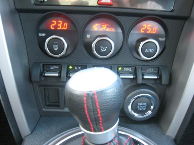 エンジンスタートプッシュボタン!スマートキーを持っていればワンプッシュでエンジンかかります!「GT」ですので、左右個別温度設定のデュアルオートエアコン&レッドステッチ入り革巻シフトノブ!