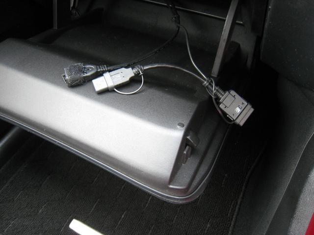 純正追加オプションのスマートフォン等対応USB接続ケーブル付!