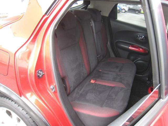 リヤシート!内装はブラック/レッド!スウェード調のブラックシートにレッドアクセント!ワンオーナーの禁煙車!きれいです!