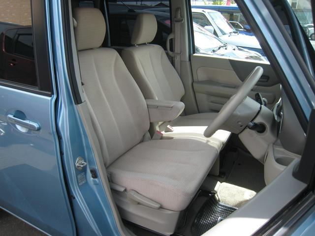 ベンチシート!足もと広々!運転席高さ調整機能付!コンソールボックス付のセンターアームレスト!