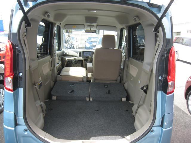 リヤシートは簡単に前に格納できて、フラットで広いカーゴスペースに!助手席も前におりたためて、左側には長い荷物積めます!