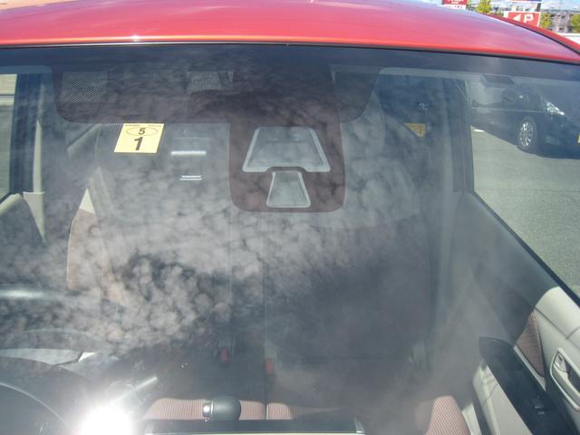 「G セーフティパッケージ」ですので、低車速域衝突被害軽減ブレーキシステム(FCM-City)&誤発進抑制機能&オートマチックハイビーム&オートライト付!そのレーザーレーダーがフロントガラスに!