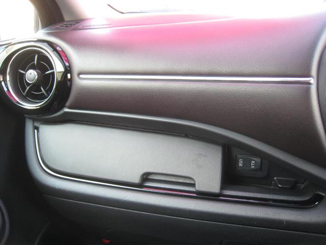 上級グレード「G」で助手席前ブラウンレザー調ダッシュ(メッキモールガーニッシュ付)!エアコン吹出し口にメッキモールベゼル&ピアノ黒調ガーニッシュ!USB&VTRジャック!純正オプションの蓋付小物入れ!