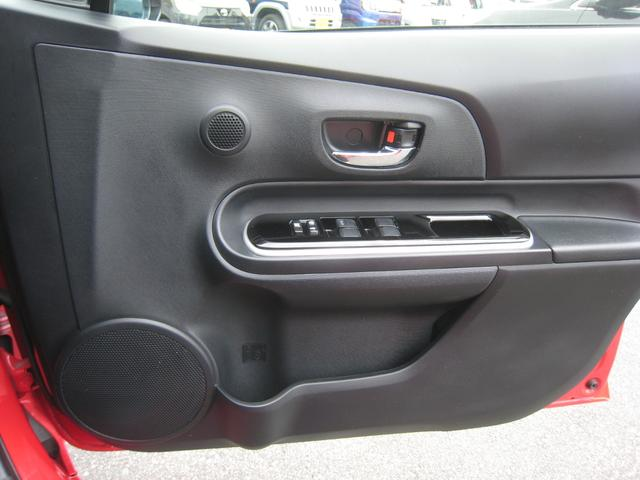 上級グレードの「G」ですので、ドア内張もシック!艶消シルバー枠付きのピアノブラック調ドアハンドルガーニッシュ!メッキのインナードアノブ!ツイーター!