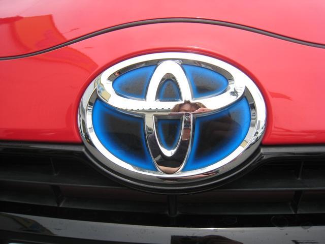 トヨタのハイブリッド車の特徴のブルーエンブレム!