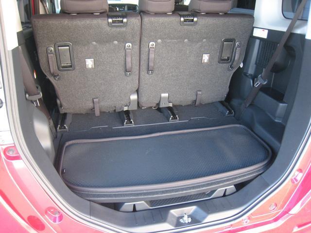 リヤシートを前にスライドさせて、5人乗りのままで更に広いラゲッジスペースに!純正追加オプションのラゲッジソフトマット付!