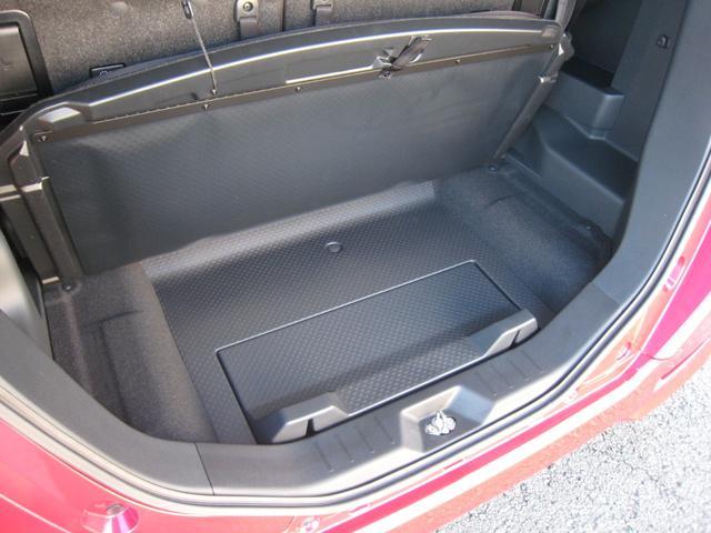 ラゲッジボード下にも収納スペース!ラゲッジボード裏に防水のビニールカバーがおりたたんだ状態でございます!リヤシートを格納した際にビニールカバーを前に広げれば倒したリヤシートまで防水できます!