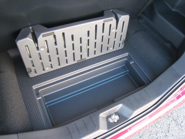 ラゲッジボード下の収納スペースの下に、更に、防水の収納ボックス!