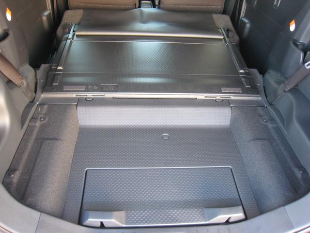 リヤシートは簡単に前に倒せてフラットで更に広いカーゴスペースに!ラゲッジボード裏の防水のビニールカバーを前に広げれば倒したリヤシートまで防水できます!