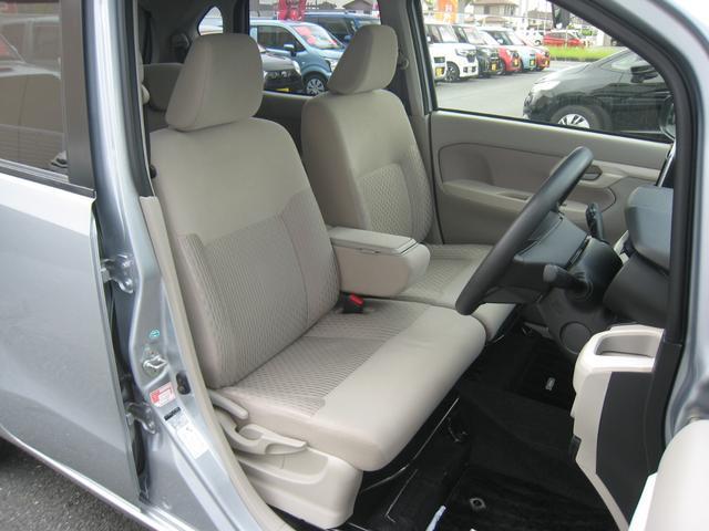 フロントシート!運転席高さ調整機能付!小物入れ付の折りたたみ式センターアームレスト!禁煙車!きれいです!
