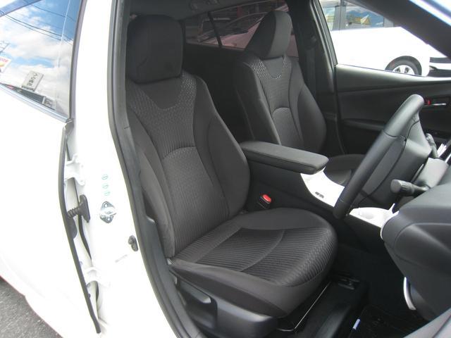 ブラックシート!運転席高さ調整機能付!アームレスト兼センターコンソールボックス!ホワイトセンタートレイパネル!上級グレードの「A」ですので革巻ステアリング!禁煙!きれい!