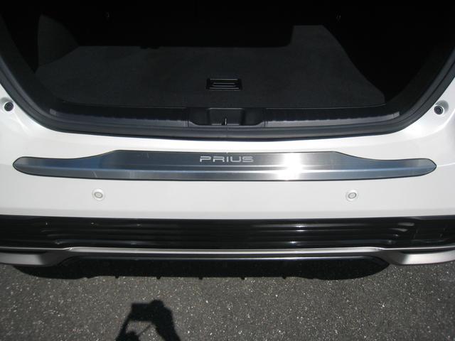 純正追加オプションのリヤゲートの「プリウス」ネーム入りメッキスカッフプレート!上級グレードの「A]ですので、トヨタセーフティーセンス-P(TSS-P)のインテリジェントクリアランスソナー!