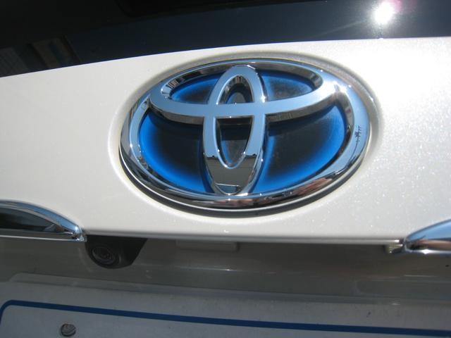 純正追加オプションのバックカメラ!トヨタのハイブリッド車の特徴のブルーエンブレム!