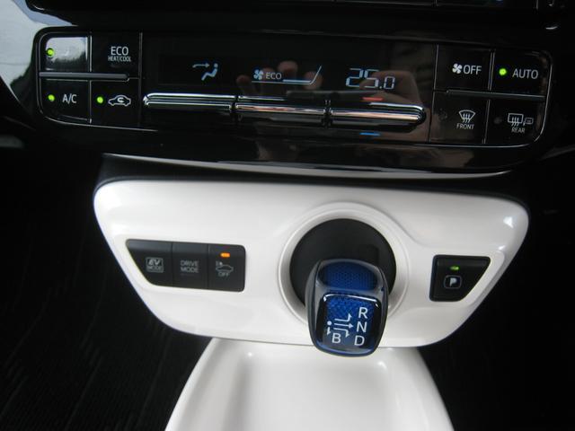 トヨタハイブリッド車の特徴のブルーのシフトノブ!シフト部ホワイトパネルガーニッシュ!オートエアコン!ヒーテッドドアミラー&パーキングブレーキ&EV/ドライブモード&プリクラッシュセーフティのスイッチ!