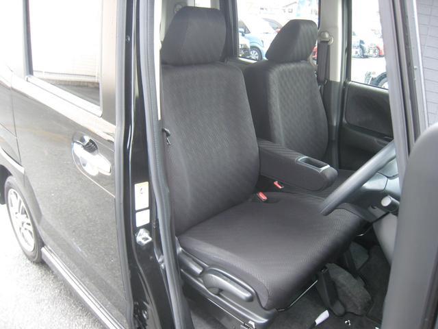 カスタムですのでブラックシート!運転席高さ調整機能付!ドリンクホルダー付センターアームレスト!内装は黒基調!禁煙車!きれいです!