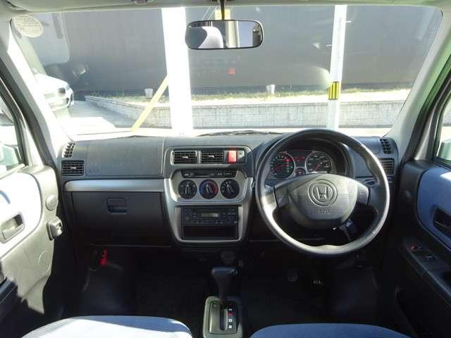 運転姿勢のままで扱えるように、オーディオもエアコンも、使いやすい位置にレイアウトされてます。