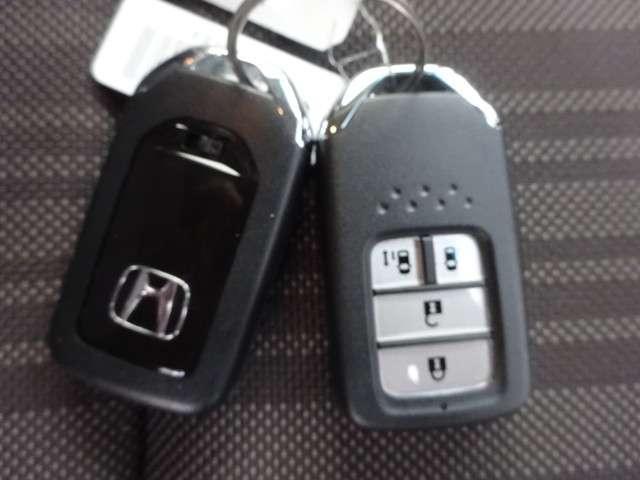 持っているだけで鍵の開閉ができる人気のスマートキー付きです!手がふさがっている時に、わざわざ鍵を取り出さなくていいんです