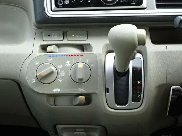 マニュアルエアコンが装備されています!ダイアル式で操作しやすいです!
