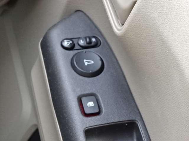 電動格納式ドアミラーが装備されています!狭い駐車スペースでも安心です!