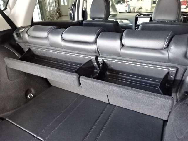 大切な物を載せられる収納を後席のシートバックにマルチユースバスケットを装備!使わないときは簡単な操作でスマートに折りたためます!