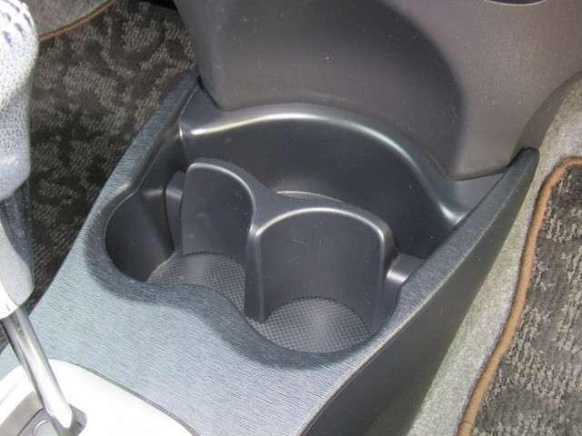 運転席と助手席の間にはドリンクホルダーが装備されています!