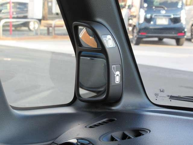 サイドビューサポートミラーが装備されています!助手席側ドアミラーの前側の室外鏡によって、合わせ鏡の原理で左前輪から前方を映し、縦列駐車での路肩寄せや狭い路地でのすれ違いなどで視界をサポートします!