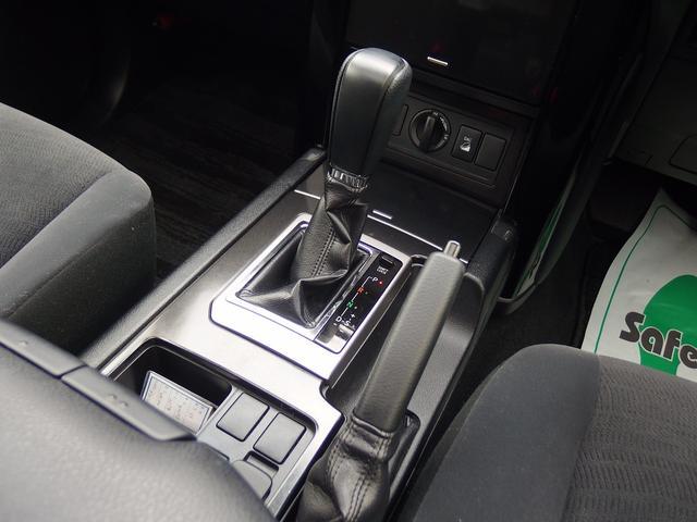 4WD車らしいしっかりとしたシフトノブがとても印象的です。