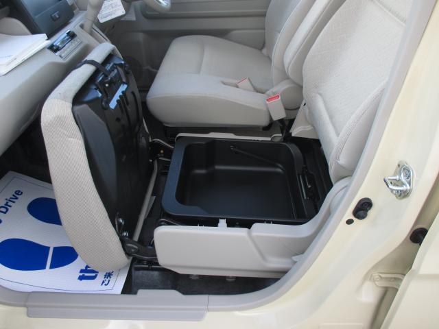 助手席側にシートアンダーボックスを装備!靴や小物を入れておくのに便利な装備です!